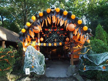 オレンジと黒でまとめられたハロウィン仕様のコテージ