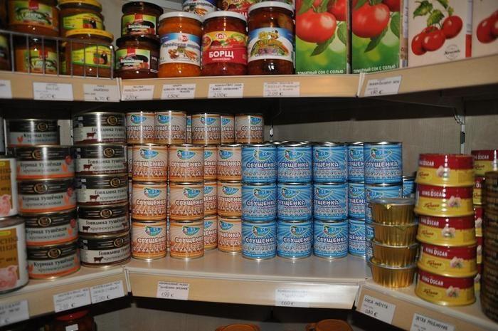 棚に並べられた瓶と缶詰