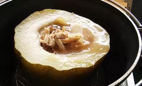 ダッチオーブンで蒸して作った冬瓜とフカヒレのスープ