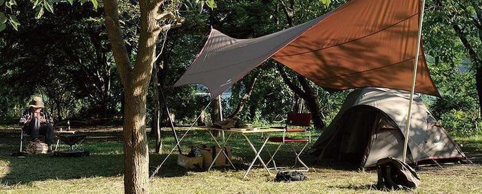 スノーピークのヘキサタープとテントを張った様子