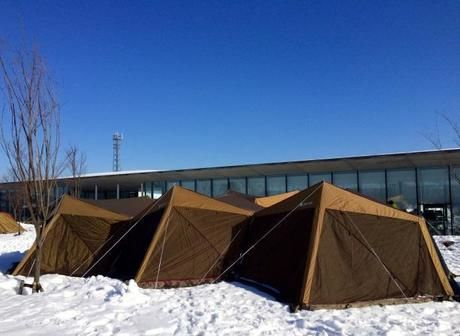 雪の上に設営されたスクリーンタープ