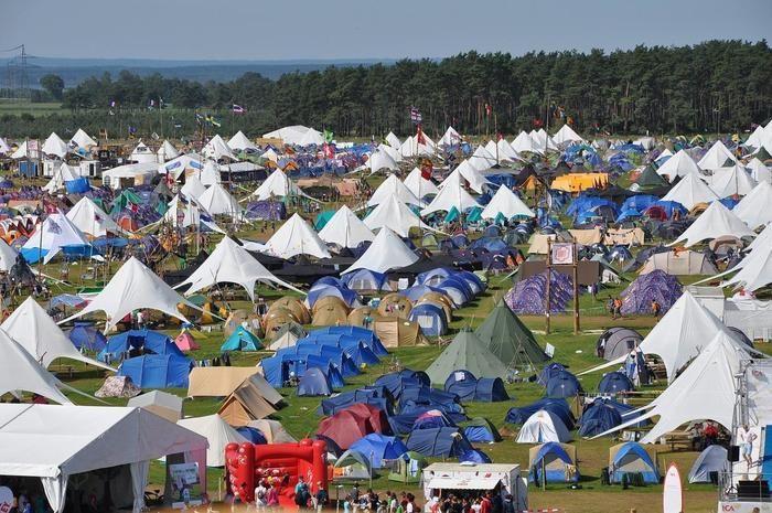 テントでいっぱいのキャンプ場の様子