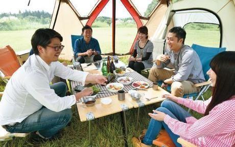 スクリーンタープを使用したキャンプの様子