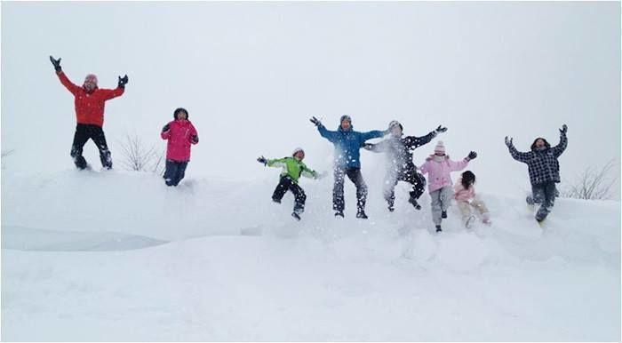 モンベルのスキーウェアを着用してスキーを楽しむ人々