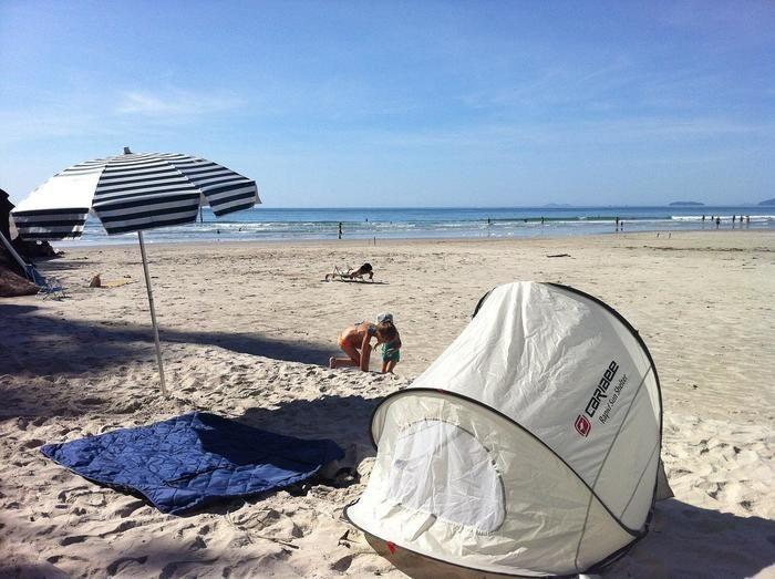 砂浜に置かれたパラソルとテント