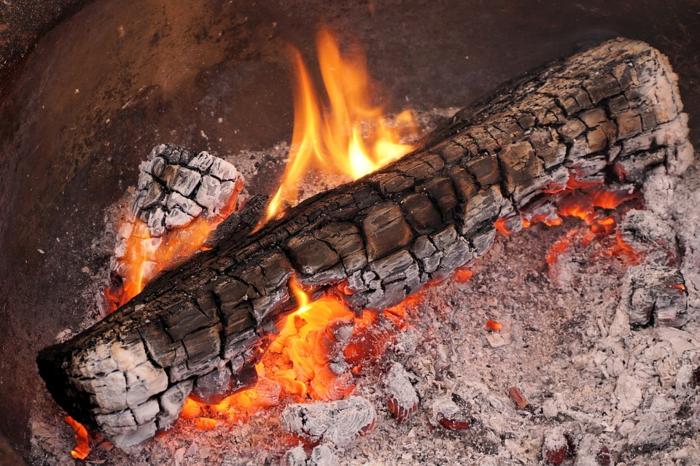 火のついた焚き木