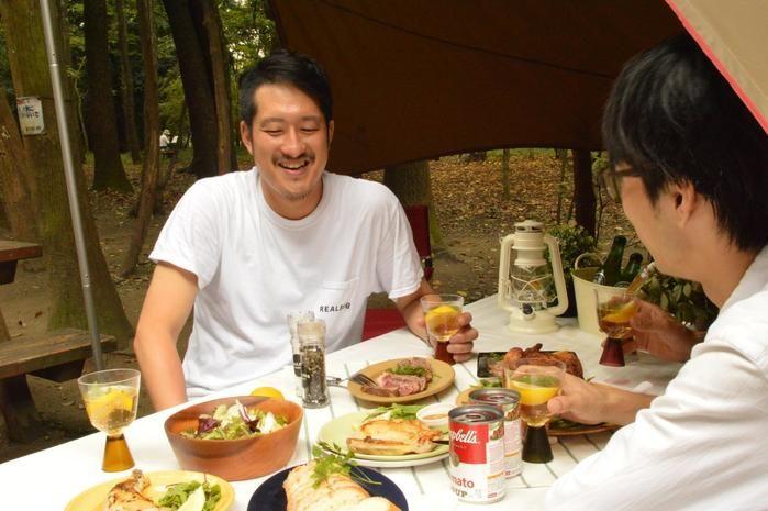 食事を食べながら対談する井川さんと水谷さん