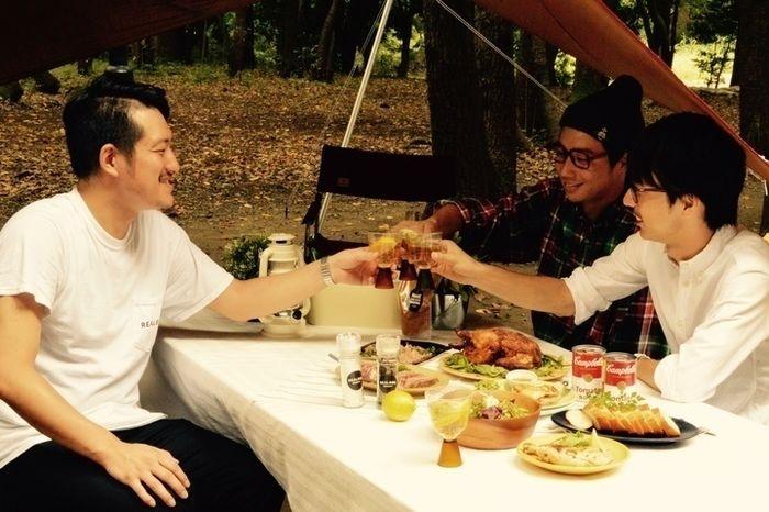 対談の前にバーベキューをする井川さんと水谷さんと男性