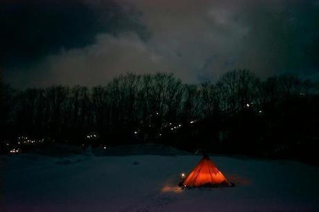 夜の白馬どんぐり村キャンプ場に設置されたテント
