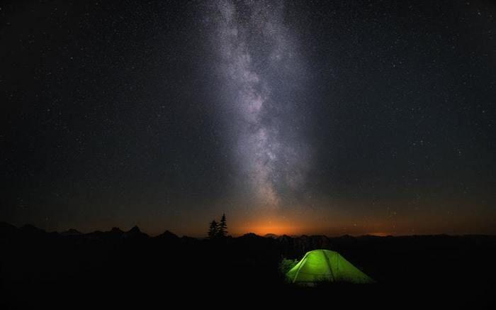 暗闇に浮かぶ黄緑のテント