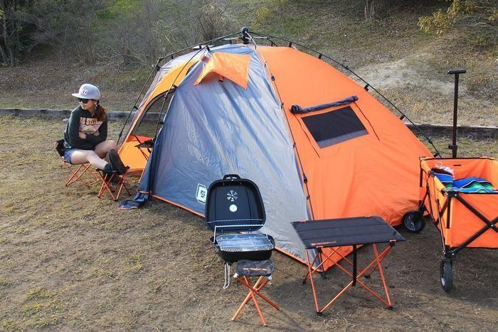 ドッペルギャンガーアウトドアのキャンプアイテムでキャンプをする女性