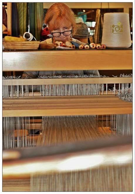 布を編んでいる女性