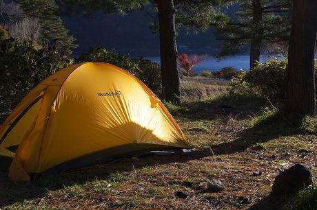 フライシートがかかったテント