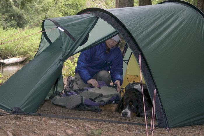 テント内にいる男性