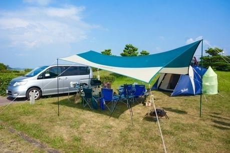ワゴンカーとタープを張りキャンプを楽しむ様子