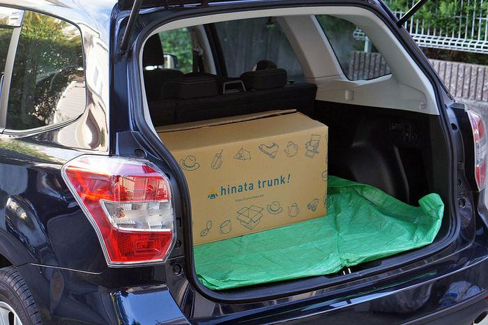 車のトランクにhinata trunk!が荷積みされている様子