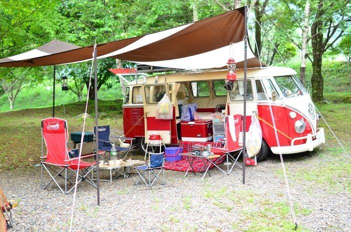 ワーゲンのワゴンを使ってキャンプをする様子