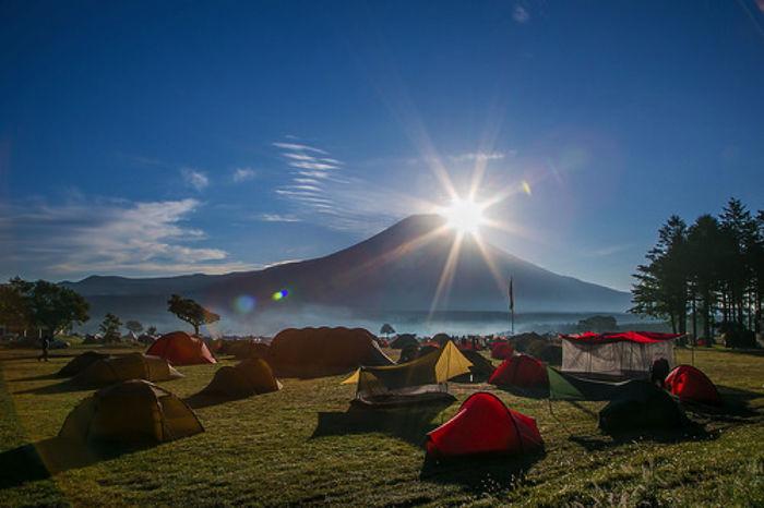 朝日が昇る富士山