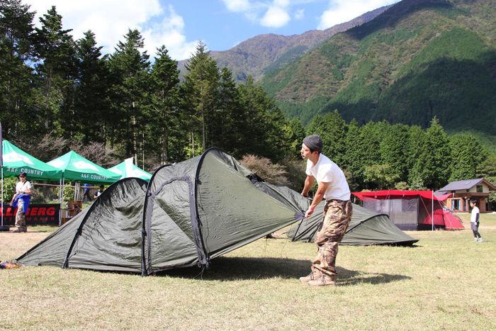 ヒルバーグのテントを設置する男性