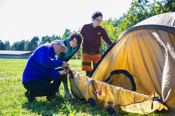 テント設営のレクチャーの様子