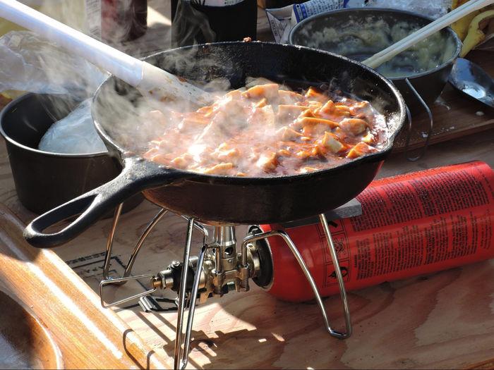 ワンバーナーで調理される麻婆豆腐