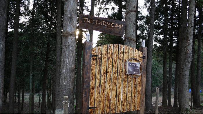 ザファームキャンプのゲート看板