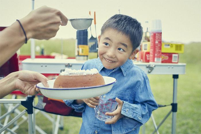 アウトドア料理に興味津々な子供