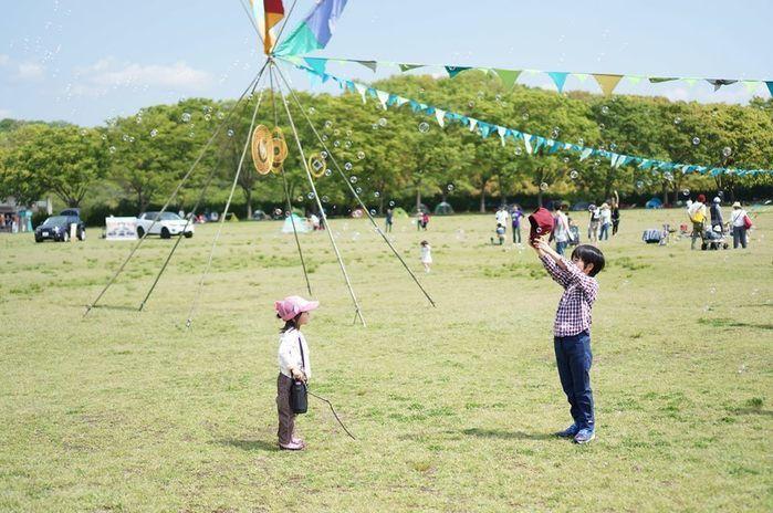 広場で遊ぶ子供達