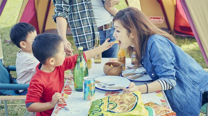 母親にお菓子を食べさせている子供