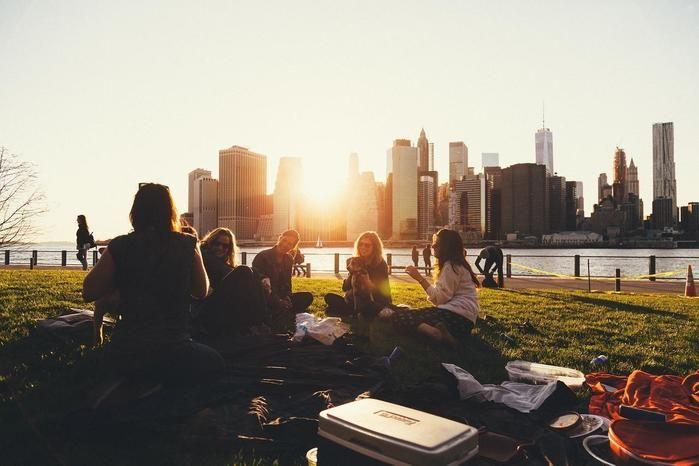 夕暮れ時のピクニック