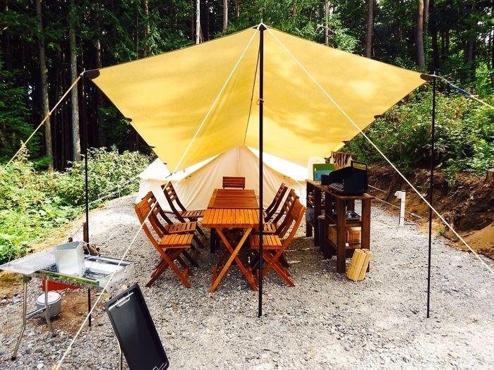 テントの前に広がるタープ