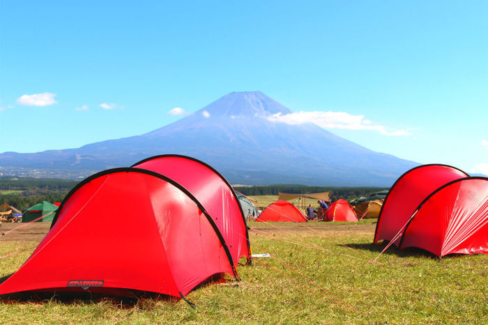自然の中に張られている赤いテント