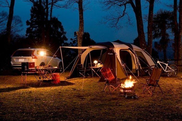 夜にライトアップされたテントサイト