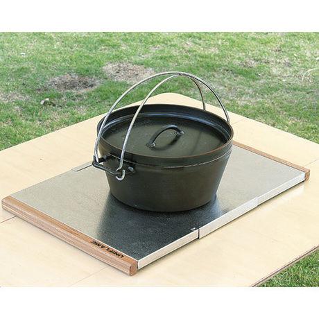 ユニフレームの焚き火テーブルの上に置かれたダッチオーブン