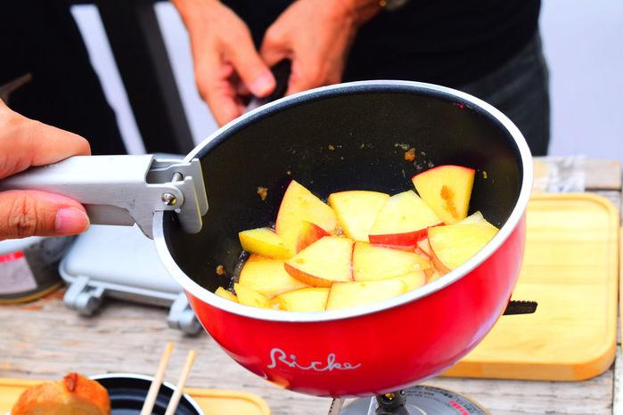 「おそとパン」でりんごとキャラメルを煮詰める様子