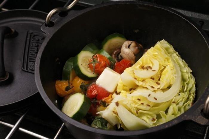 ダッチオーブンで調理されている野菜