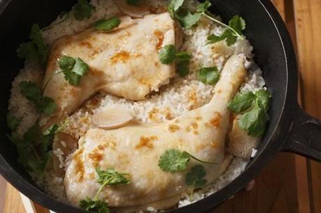 ダッチオーブンに入ったアジアン鶏飯