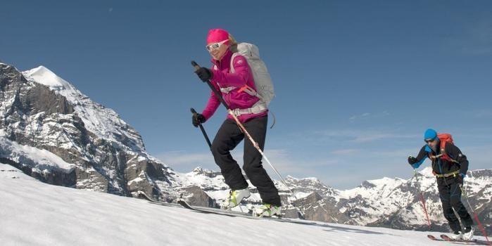 マムートのフリースを着て山を登る男女