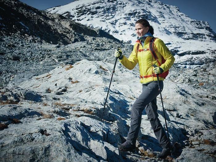 マムートのフリースを着て山を登る女性