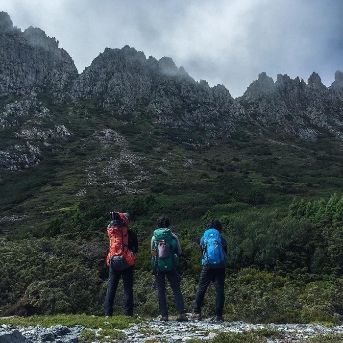 カリマーのリュックを背負う3人の男性と山