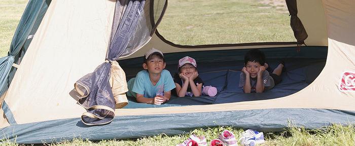 コールマンのテントの中でくつろぐ子供達