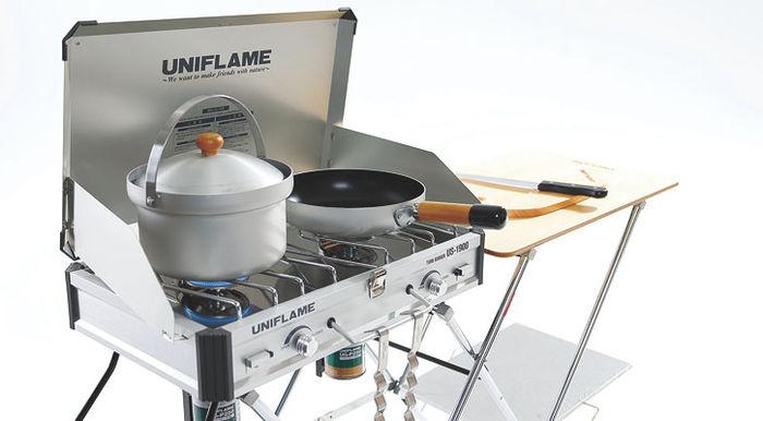 ツーバーナーの上に置かれている鍋とフライパン