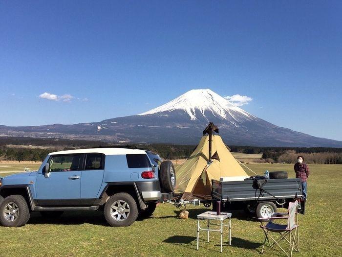 富士山をバックに建てられたテントと車