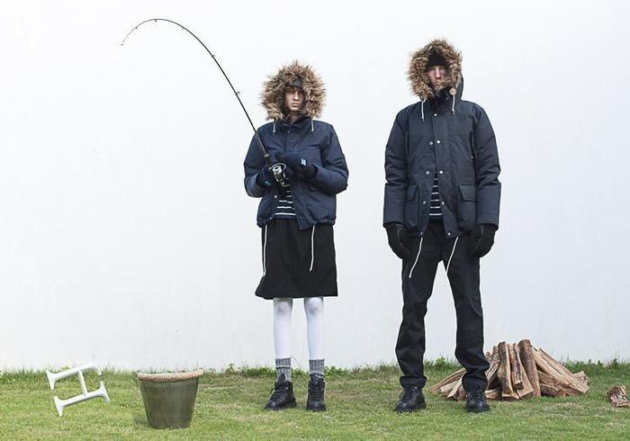 ヘリーハンセンのマウンテンパーカーを着ている男女