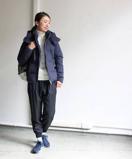 水沢ダウンを着た女性モデル