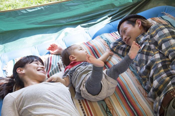 エアーベッドでキャンプを楽しむ家族