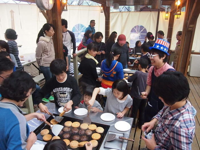 キャンプアンドキャビンズ那須高原でメキシカンバーガー作りを楽しむ親子