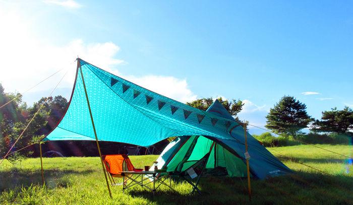 芝生の上に張られたテントとタープ