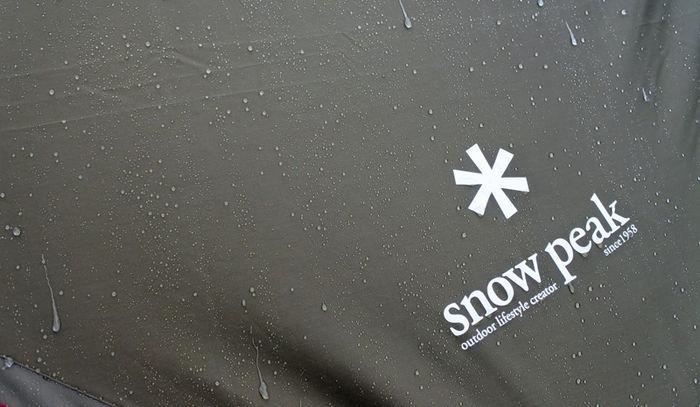 濡れたスノーピークのテントのロゴ