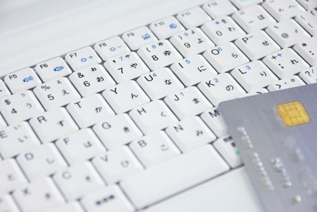 パソコンのキーボードとクレジットカード